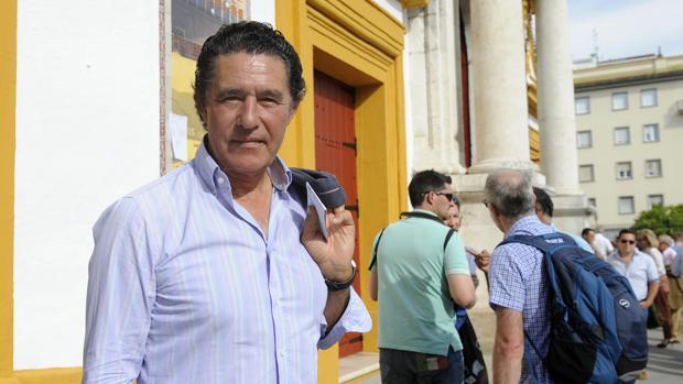 El diestro en la puerta de la plaza de toros de Sevilla