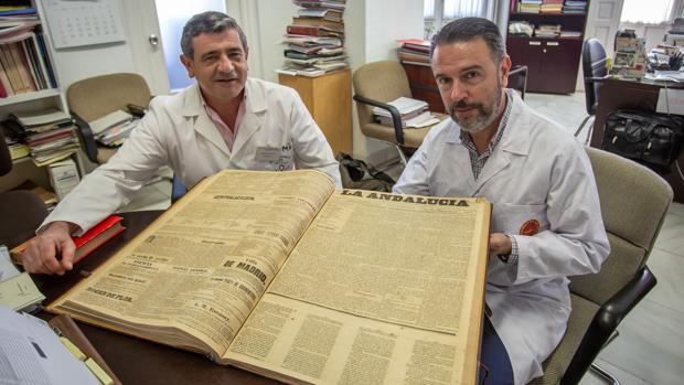 Marcos Fernández y Rafael Cid con un tomo que recopila ejemplares de «La Andalucía»