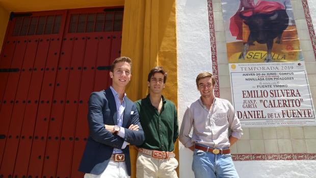 Daniel de la Fuente, Calerito y Emilio Silvera, juntos delante de la Real Maestranza