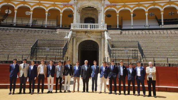 El empresario Ramón Valencia con 14 de los 18 novilleros anunciados en Sevilla -