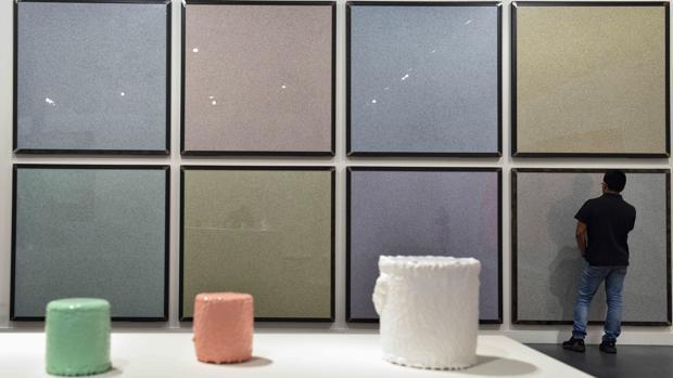 Detalle de uno de los espacios de la cita, con obras de Ignasi Aballí (al fondo) y Jaime Pitarch (en primer término)