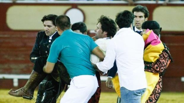 Andrés Romero es trasladado a la enfermería tra la dura caída