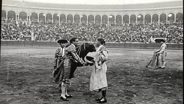 Fotografía de la alternativa de Chicuelo en la Real Maestranza en 1919