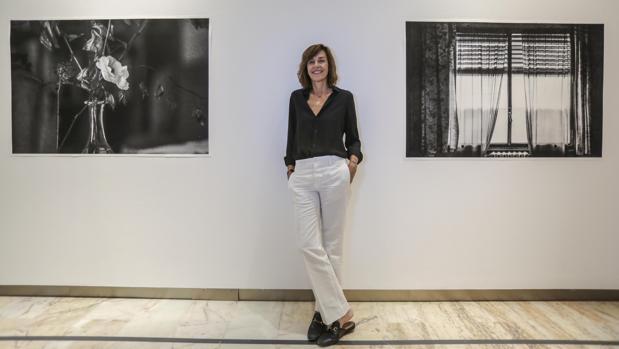 Anuca Aísa junto a dos de sus obras expuestas en la Fundación Cajasol