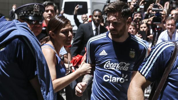 Messi, agarrado por una aficionada