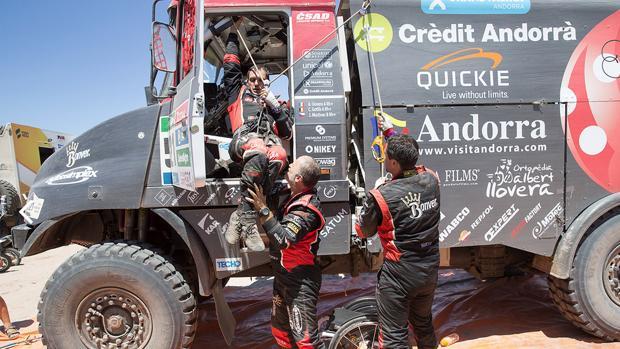 Albert Llovera es subido al camión