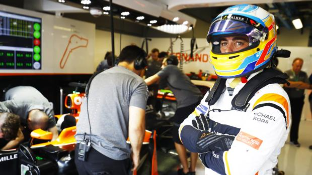 Fernando Alonso, en el garaje de la escudería McLaren
