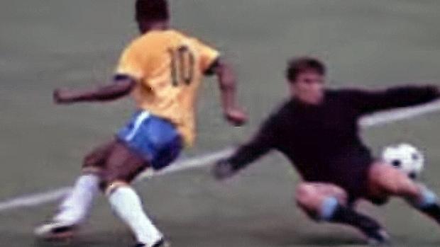 Pelé regatea a Mazurkiewicz sin tocar el balón