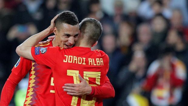 Dos jugadores de la selección celebran un gol
