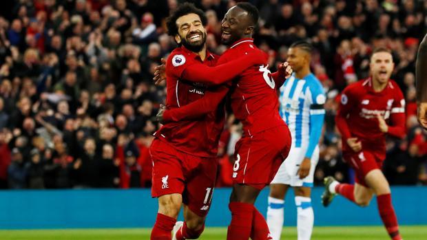 Salah y Keita celebran el primer gol del Liverpool ayer, frente al Huddersfield
