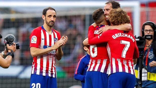 Juanfran aplaude durante la emotiva despedida a Godín