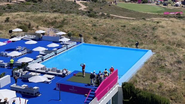 Nacho Elvira (saliendo desde la piscina del hoyo 6) y Jorge Campillo están ya en cuartos de final