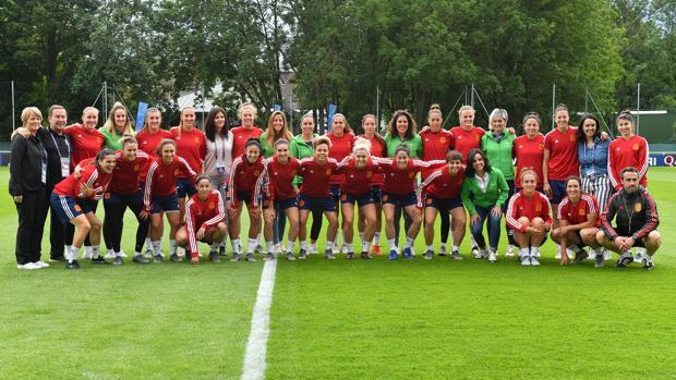 Las «embajadoras» de Iberdrola posan con las futbolistas de la selección española