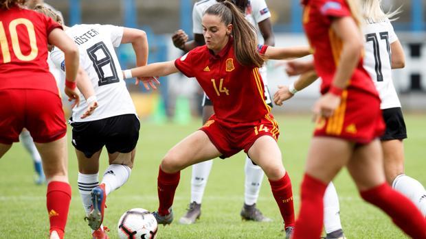 Silvia Rubio protege el balón frente a Alemania