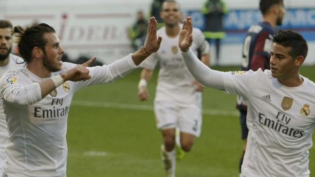 Gareth Bale y James Rodríguez celebran juntos un gol, en una imagen de 2015