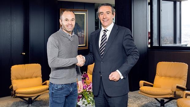 El futbolista Andrés Iniesta junto con Juan Alcaraz, director general de la entidad