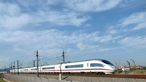 Un tren AVE con dirección Sevilla