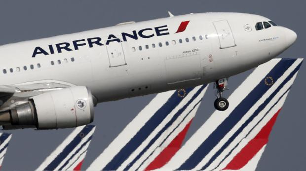 Un avión de Air France despegando del aeropuerto de París