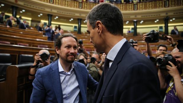 Pablo Iglesias y Pedro Sánchez durante la moción de censura del PSOE contra Mariano Rajoy