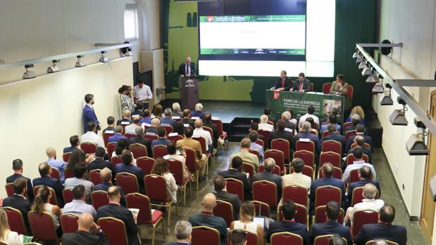 Álvaro Guillén, presidente de Landaluz, se dirige a los asistentes al Foro de la Empresa Agroalimentaria