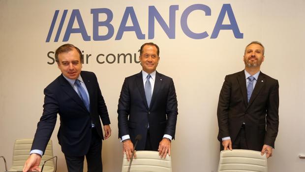 El consejero delegado de Abanca, Francisco Botas y el propietario del banco, Juan Carlos Escotet, y el director financiero, Alberto de Francisco