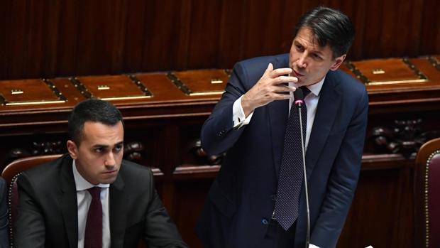 El primer ministro italiano, Giuseppe Conte (dcha), junto a su ministro de Empleo y líder del Movimiento Cinco Estrellas, Luigi Di Maio