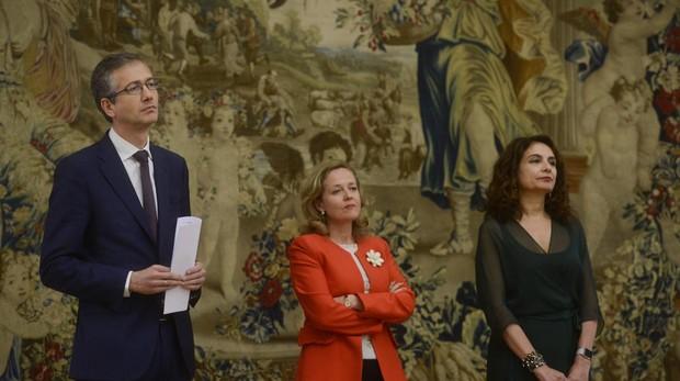El gobernador del Banco de España. Pablo Hernández de Cos, junto a la ministra de Economía, Nadia Calviño, y la de Hacienda, María Jesús Montero