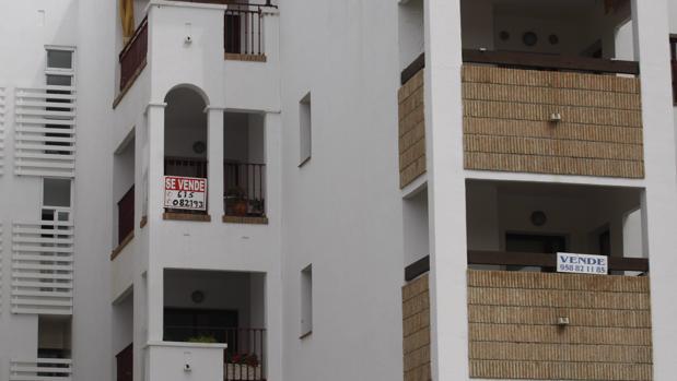 Un piso en un municipio de Granada con el cartel de «Se vende»