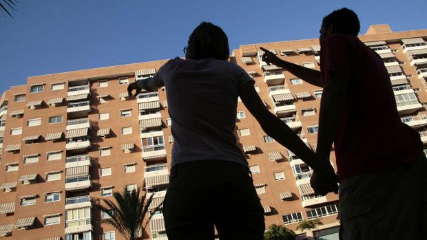 Las comunidades con mayor número de hipotecas constituidas sobre viviendas en febrero ha sido Madrid (6.373), Cataluña (5.448) y Andalucía (5.179).