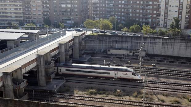 Un tren de alta velocidad a su paso por Córdoba