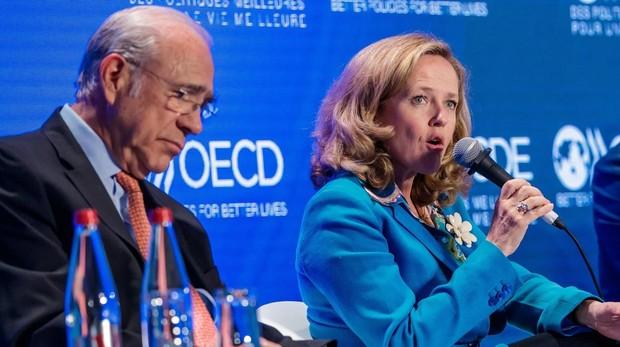 El secretario general de la OCDE, Ángel Gurría, junto a la ministra de Economía, Nadia Calviño