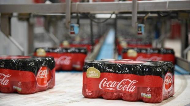 Foto de latas de Coca Cola en su fábrica de Barcelona