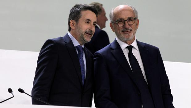 Josu Jon Imaz y Antonio Brufau, hoy, en la junta de accinoistas