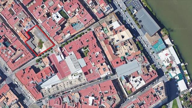 En rojo, parcela de la antigua fábrica de hielo de Triana que acaba de comprar el grupo Abu