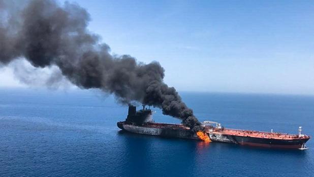 Imagen del buque petrolero noruego Front Altair en llamas