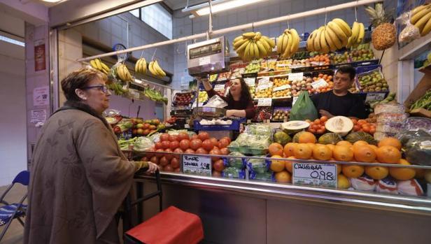 Puesto de frutas dentro de un mercado de abastos