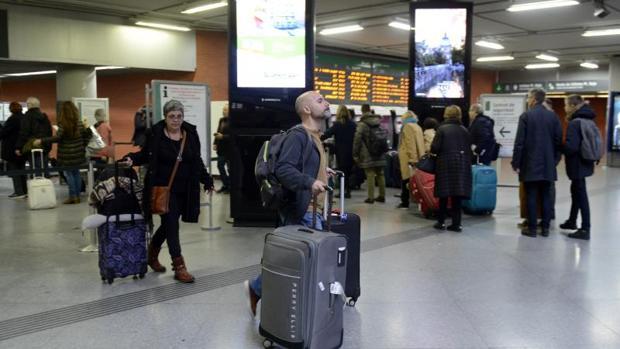 Pasajeros en Atocha durante una huelga convocada en Renfe el año pasado