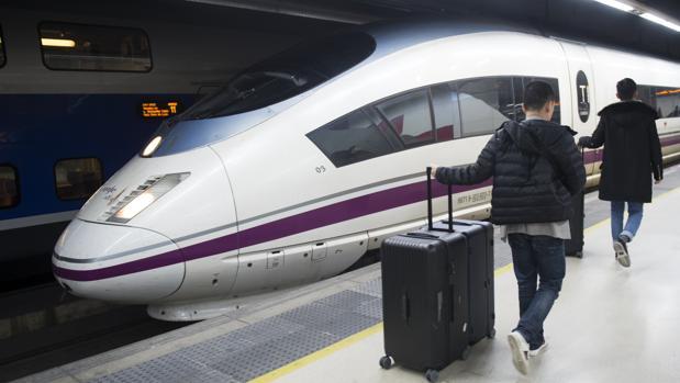 Los servicios esenciales garantizan la circulación de 280 trenes de AVE y Larga Distancia, el 72% de los 387 inicialmente programados