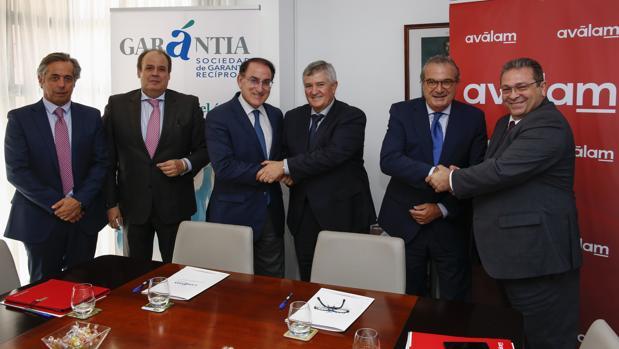 Los equipos directivos de Garántia y Aválam escenifican la alianza