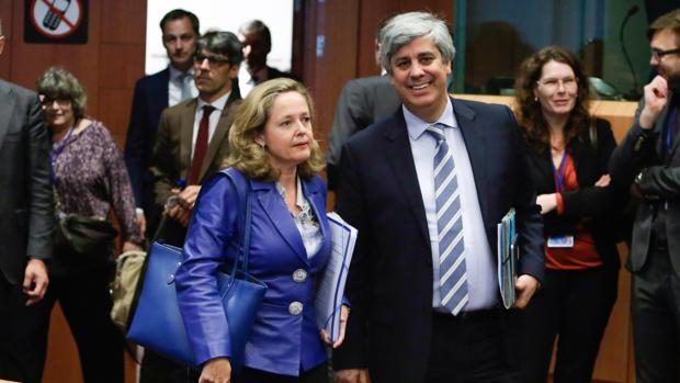 La ministra española de Economía, Nadia Calviño (i), y el presidente del Europgrupo y ministro portugués de Finanzas, Mário Centeno,