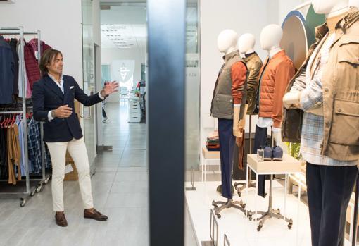 El diseñador sevillano Álvaro Moreno en una de sus tiendas