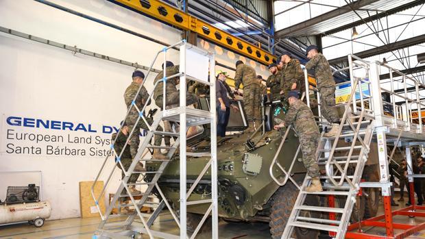Militares examinan uno de los prototipos del carro blindado «Dragón» en la factoría de SBS de Alcalá de Guadaíra