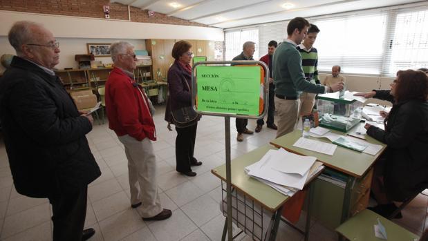 Un colegio electoral cordobés en las elecciones de Andalucía de 2015