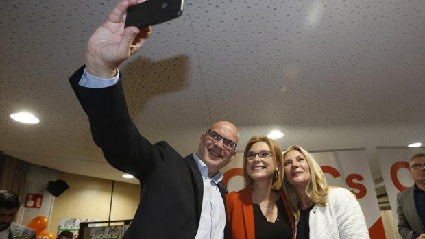 Los tres parlamentarios de Ciudadanos por Granada, tras conocerse los resultados.
