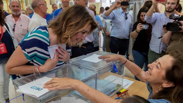 Susana Díaz ejerce su derecho al voto en Triana
