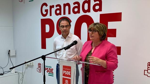 Los socialistas Miguel Ángel Fernández Madrid y Ana Muñoz, durante la rueda de prensa