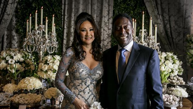 Pelé y Marcia Cibele Aoki en la celebración de su boda