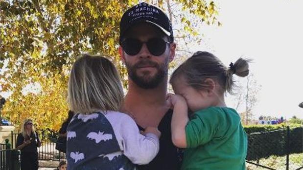 Chris Hemsworth abraza a sus gemelos