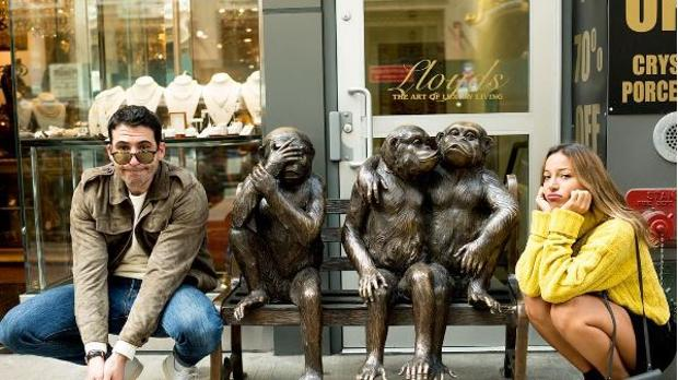 La pareja en una pose diveritida, imitando a los monos.