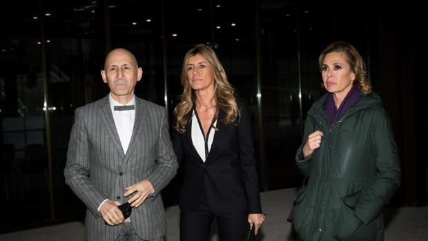 Begoña Gómez junto a Modesto Lomba y Agatha Ruiz de la Prada a su llegada a la capilla ardiente